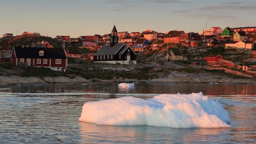 Ilulissat som viser en sø eller et vandhul, en by og en solnedgang