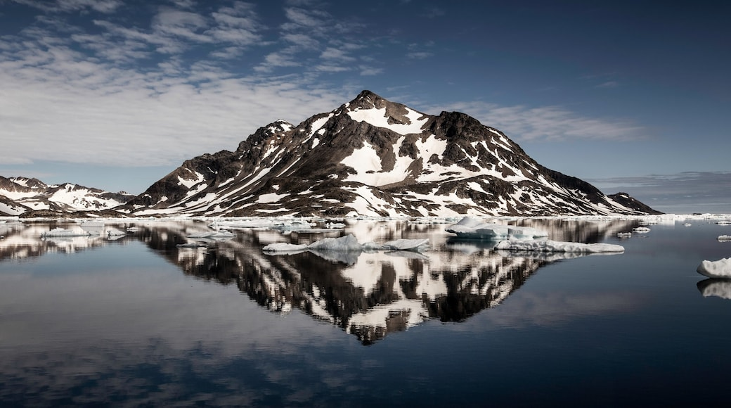 Greenland which includes mountains, snow and landscape views