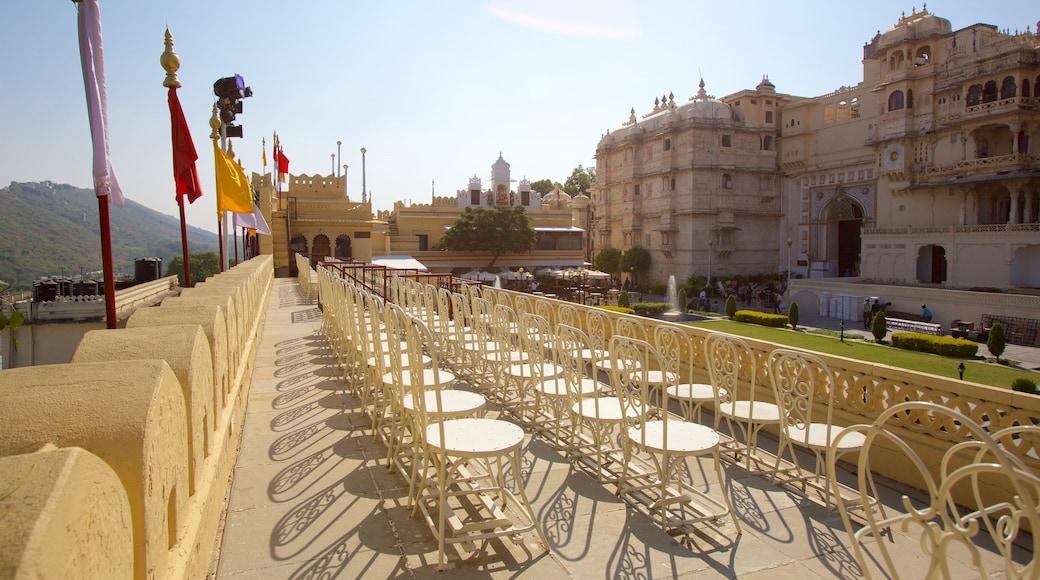 Cung điện Thành phố cho thấy kiến trúc di sản và lâu đài hoặc cung điện