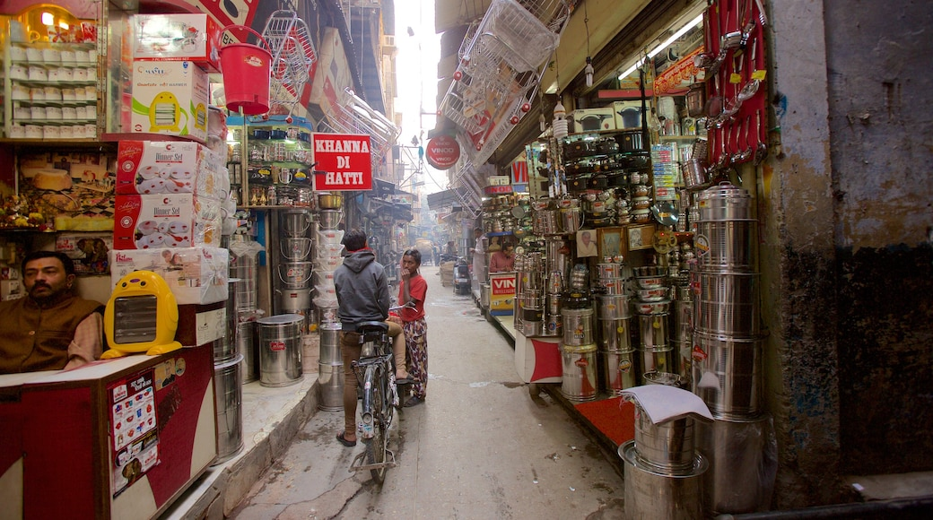 Amritsar which includes markets, street scenes and a city