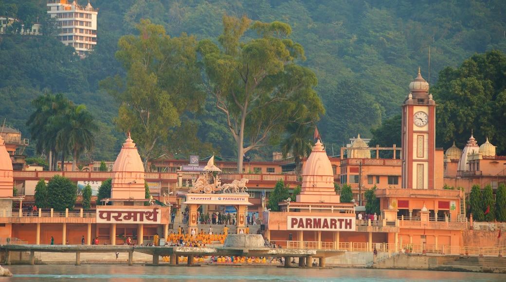 Parmarth Niketan featuring a city
