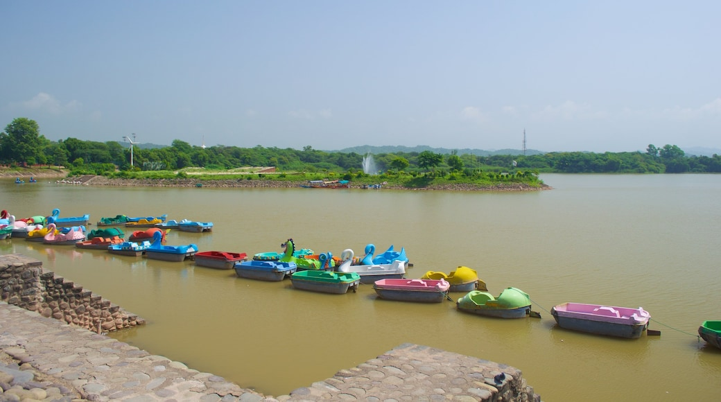 Chandigarh เนื้อเรื่องที่ กีฬาทางน้ำ และ ทะเลสาบหรือแอ่งน้ำ