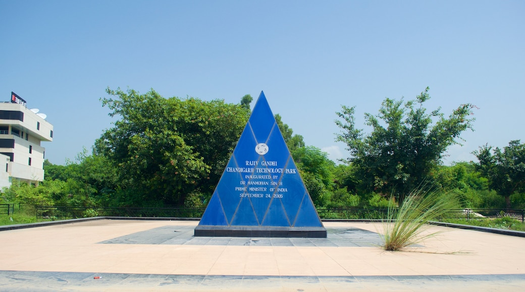 Chandigarh showing a square or plaza