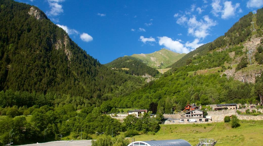 Arinsal แสดง ภูเขา, เมืองหรือหมู่บ้านเล็กๆ และ ทิวทัศน์ที่เงียบสงบ