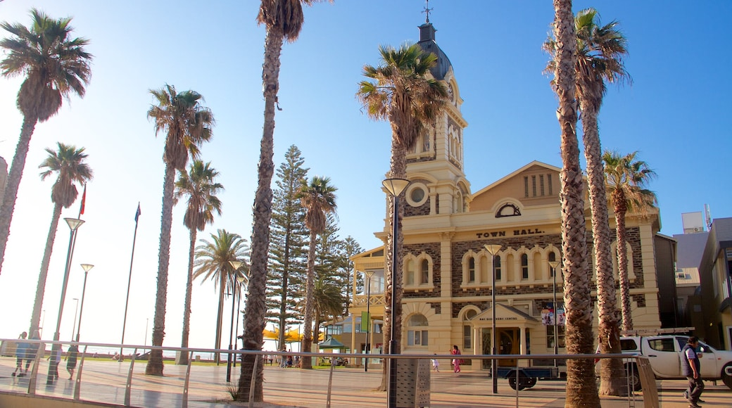 Adelaide showing heritage architecture and a square or plaza