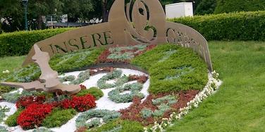 Parque Municipal de Viena que inclui sinalização, flores e um jardim