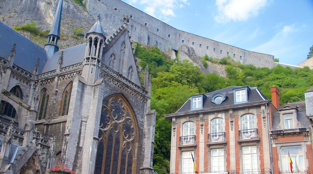 Dinant Cathedral inclusief een kerk of kathedraal en historische architectuur