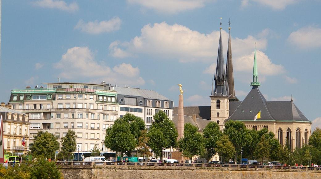 Adolphe-Brücke welches beinhaltet historische Architektur und Kirche oder Kathedrale