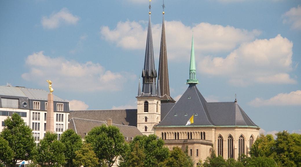 Pont Adolphe montrant patrimoine architectural et église ou cathédrale