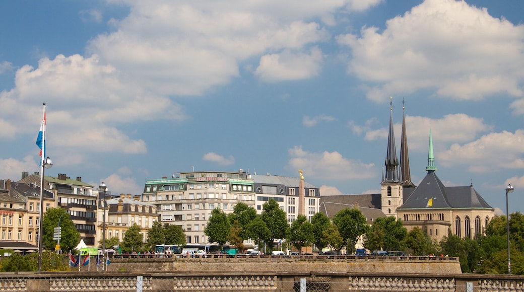 Adolphe-Brücke mit einem historische Architektur und Kirche oder Kathedrale