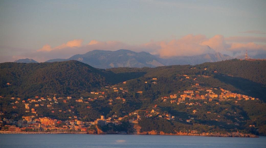 Cinque Terre caratteristiche di tramonto, vista della costa e piccola città o villaggio