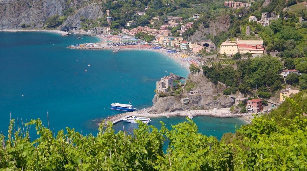 Monterosso-stranden som inkluderar en kuststad och kustutsikter
