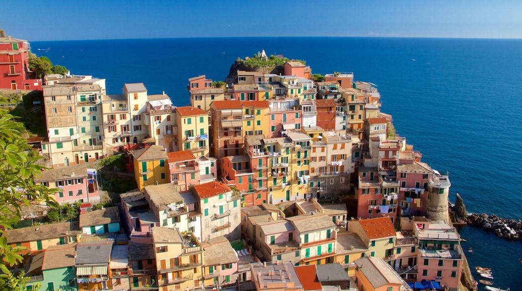 Cinque Terre montrant vues littorales et ville côtière