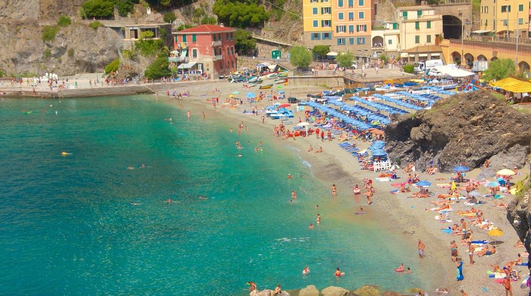 Monterosso-stranden presenterar en kuststad, en sandstrand och ett lyxhotell