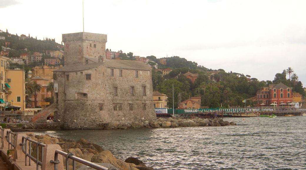 Rapallo som inkluderar kustutsikter och historisk arkitektur
