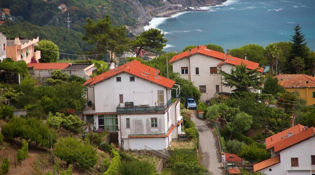 Moneglia montrant ville côtière et maison