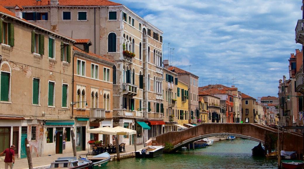 Venetian Ghetto joka esittää veneily, silta ja rannikkokaupunki