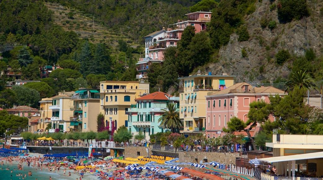 Monterosso-stranden som visar kustutsikter, en sandstrand och en kuststad