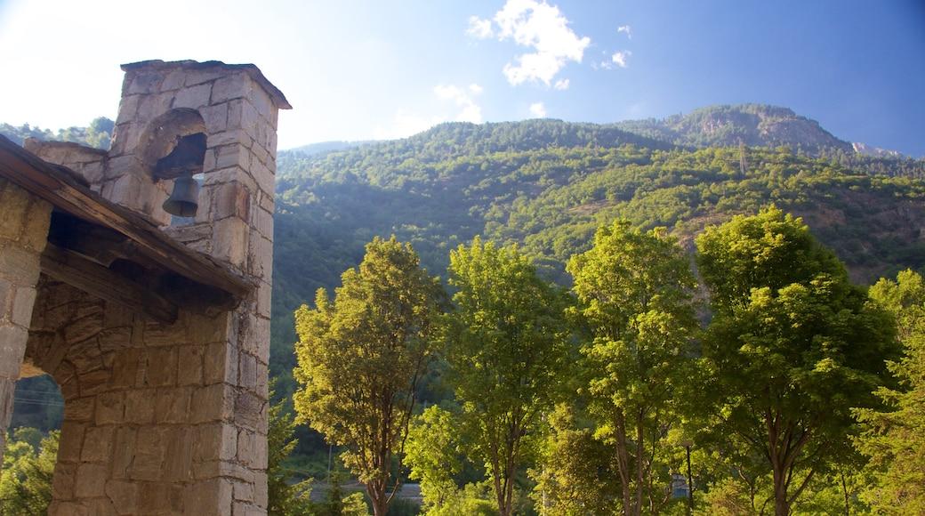 Italia caratteristiche di paesaggi rilassanti, montagna e architettura d\'epoca