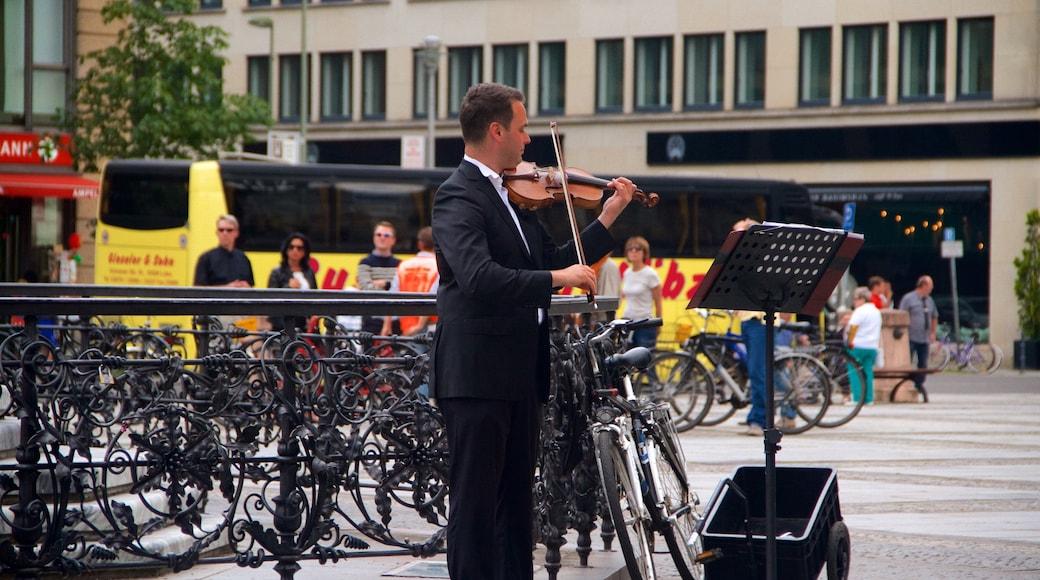Gendarmenmarkt mettant en vedette musique et art de rue aussi bien que homme