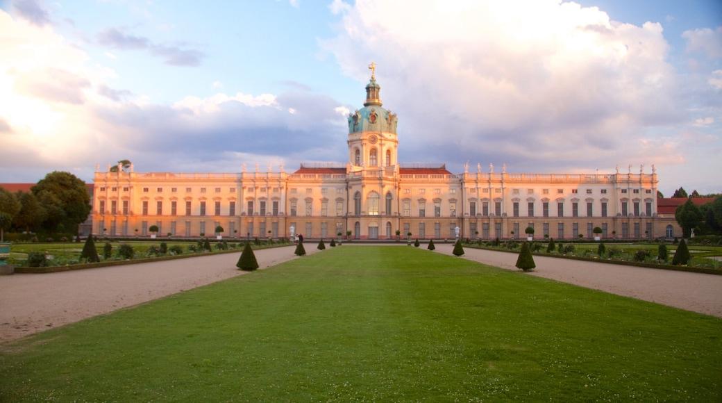 Château de Charlottenburg mettant en vedette château ou palais, coucher de soleil et patrimoine historique