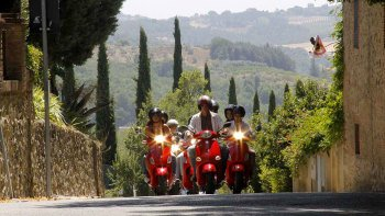 Full-Day Tour of Chianti by Vespa with Lunch from Siena