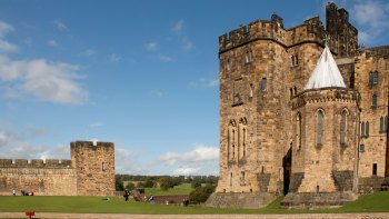 Small-Group Alnwick Castle & Northumberland Coast Full-Day Tour