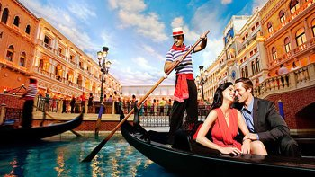 Hop-On Hop-Off Bus Tour & Gondola Ride at the Venetian