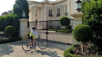 Self-Guided Celebrity Homes Bike Tour with Roundtrip Transfer