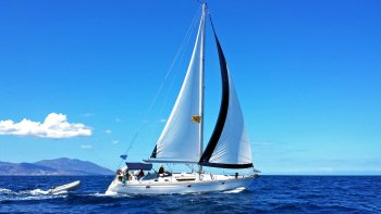 Small-Group Sailing Yacht Cruise to Rhenia Island & Guided Tour of Delos