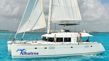 Deluxe Full-Day Catamaran Cruise to Isla Mujeres with Buffet Lunch