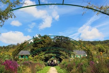 Monet?s Giverny & Palace of Versailles Full-Day Tour from Paris
