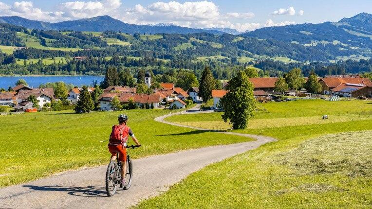 ein Mann, der mit seinem Fahrrad in einer ländlichen Umgebung fährt