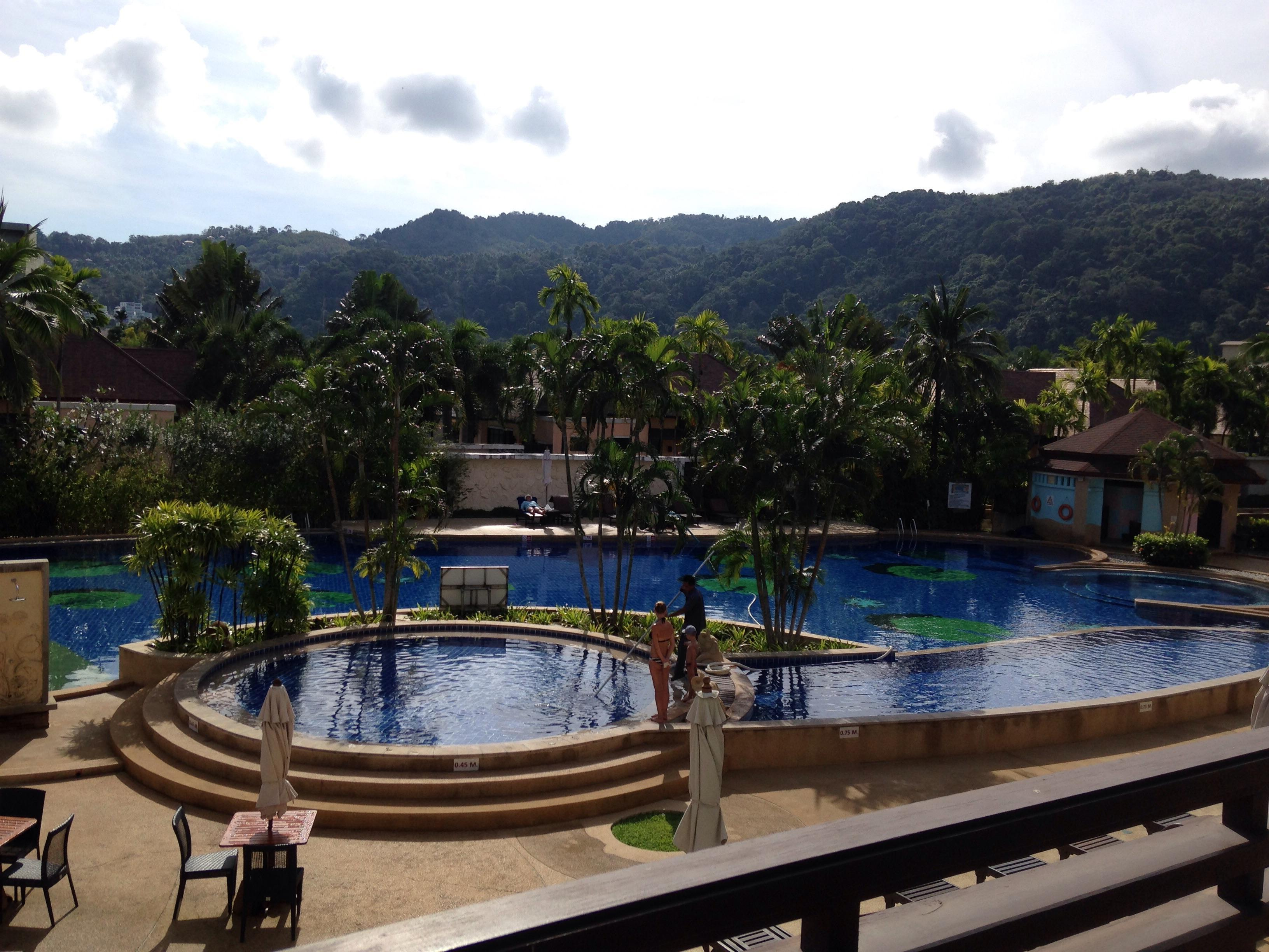 Awesome Good Location , Loads Of Restaurants, Bars And Shops On Your Doorstep But  Not At All Noisy. Good Spacious Pool Area With 4 Different Pool Depths.