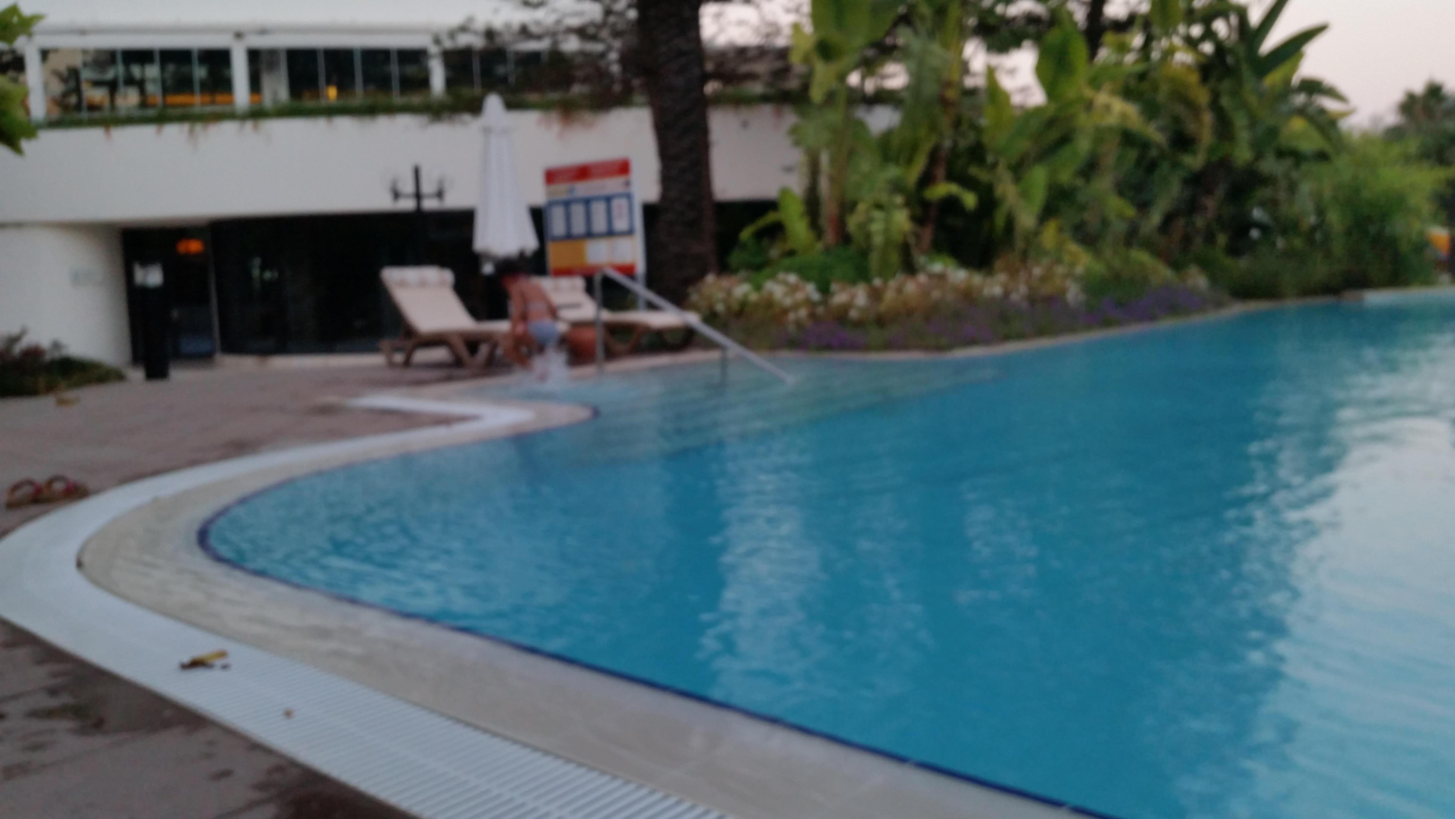Du balcon vue sur la piscine et la mer