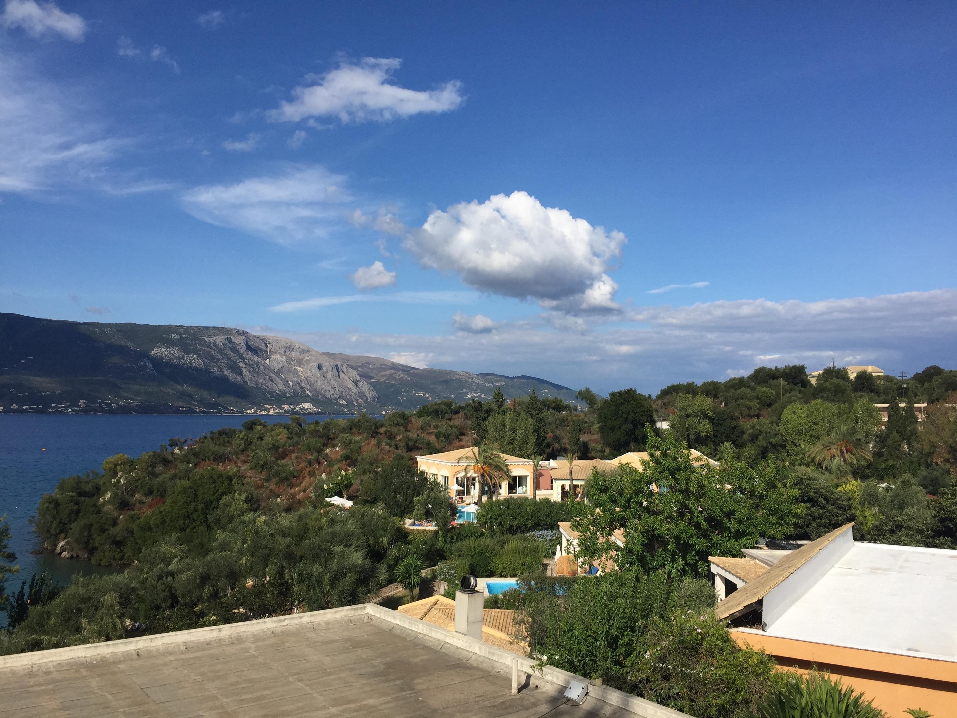 Blick aus dem Zimmerfenster auf Bucht und AlaCarte-Restaurant