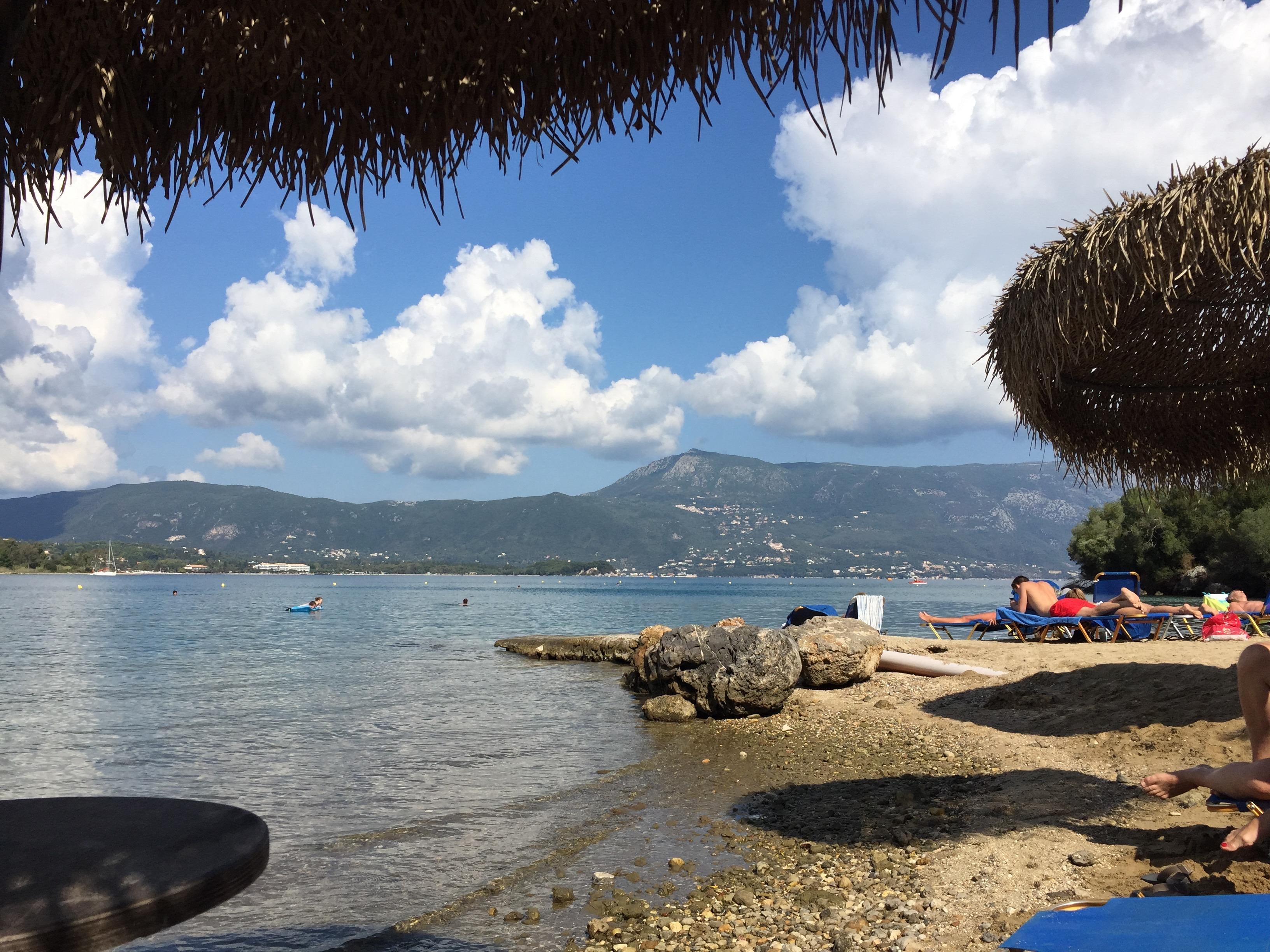Strand mit ruhigem Schwimm-Wasser