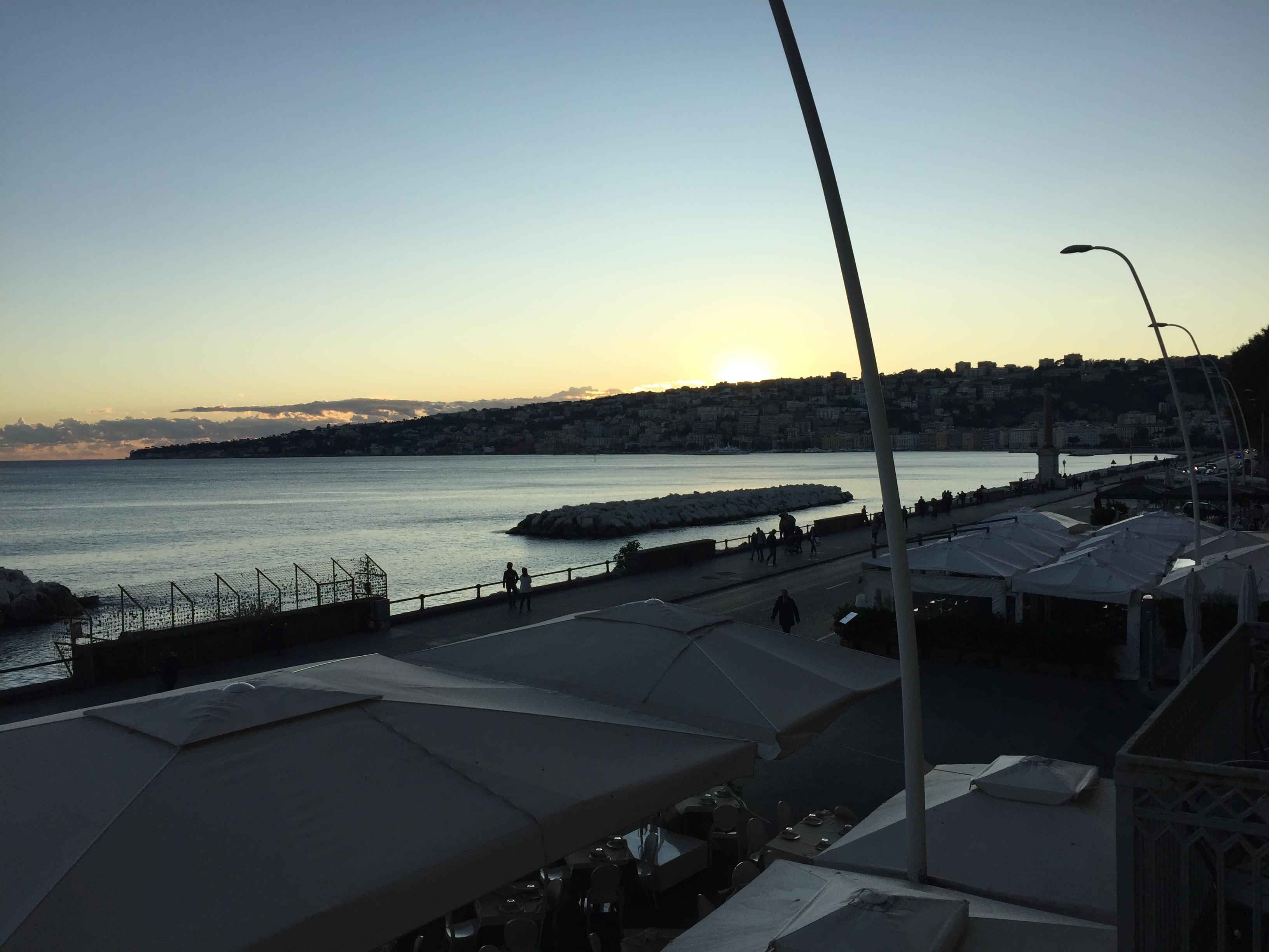 Auringonlasku hotellihuoneen partsilta.