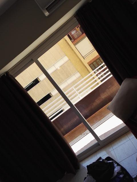 Huoneiston sisältä parvekkeelle päin