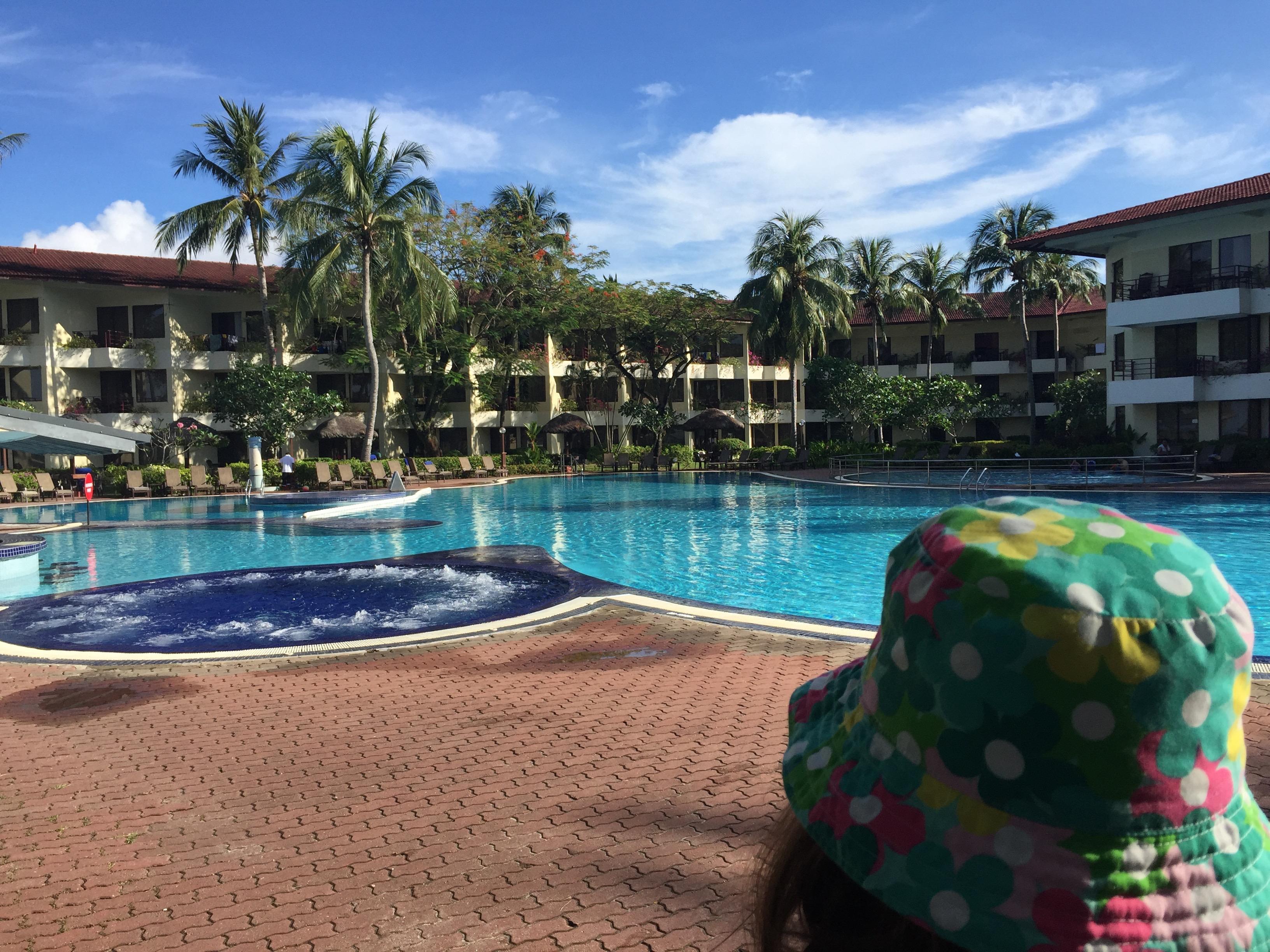 Free pool with swim-up bar