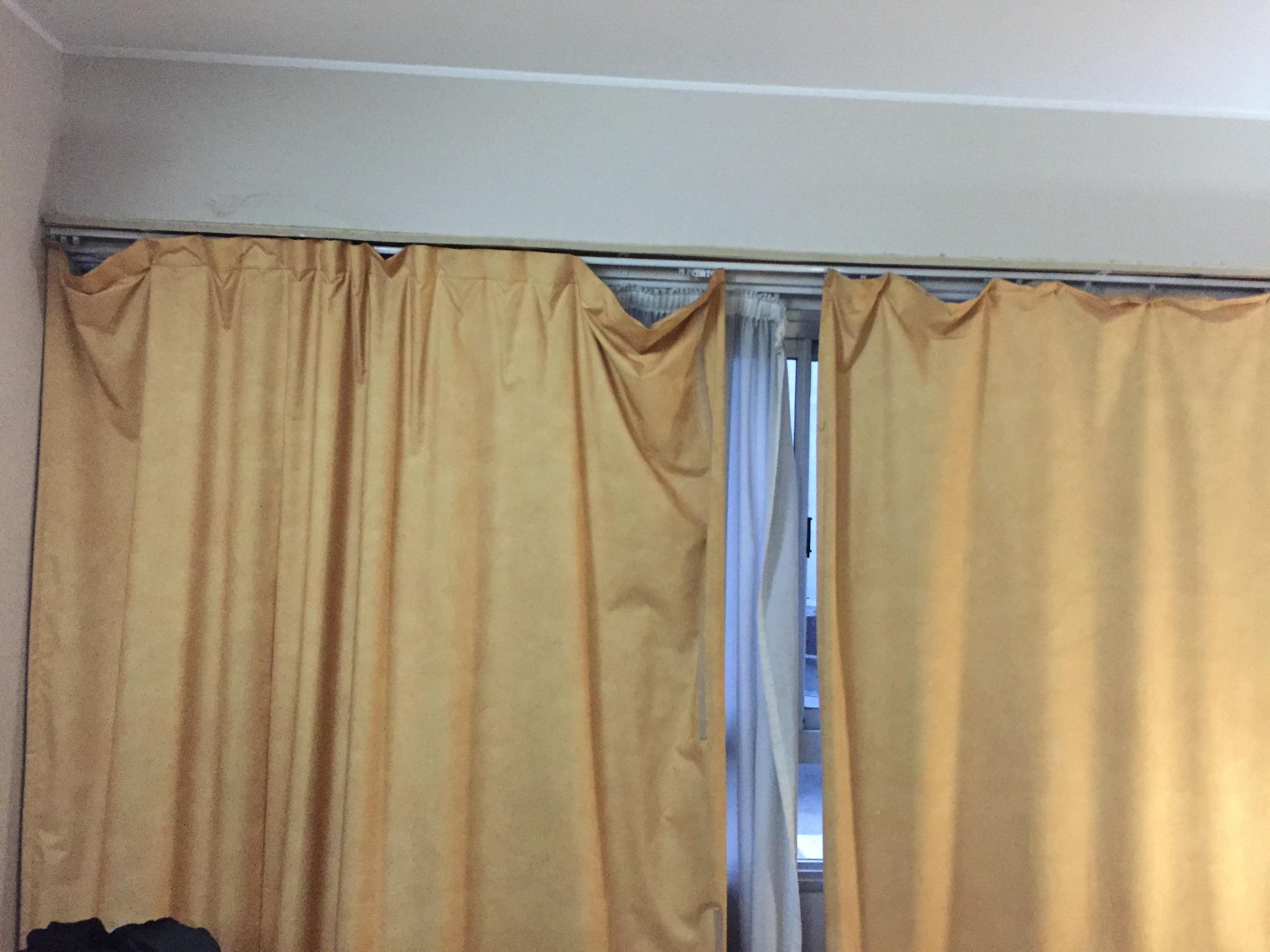 Gerissene dreckige stinkende Vorhänge