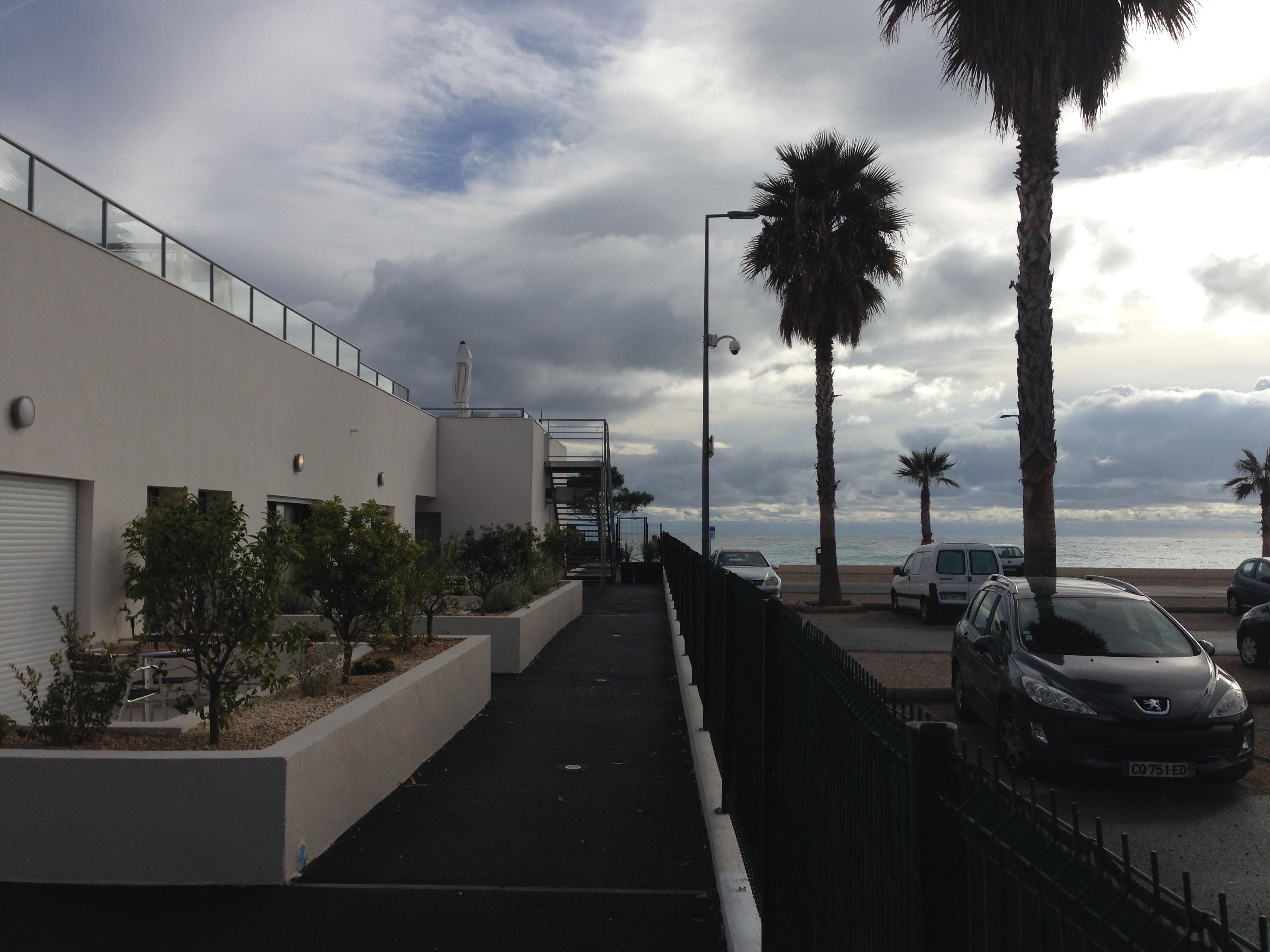 Seite Hotel mit Blick Richtung Meer