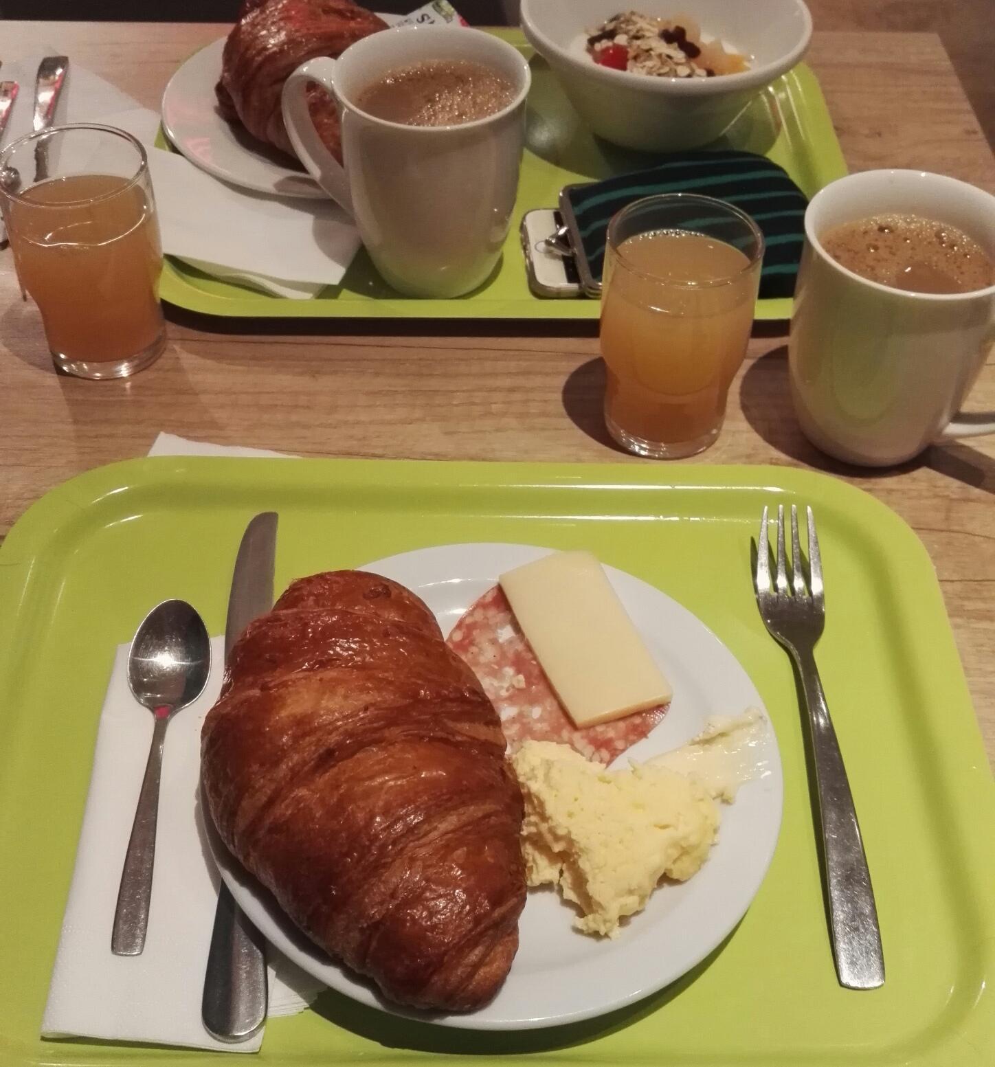Aamupala, vain kerran oli munakasta neljästä aamusta. Amerikan kahvia sai vain yhtenä aamuna muuten hitaasta kahviautomaatista muita kahveja