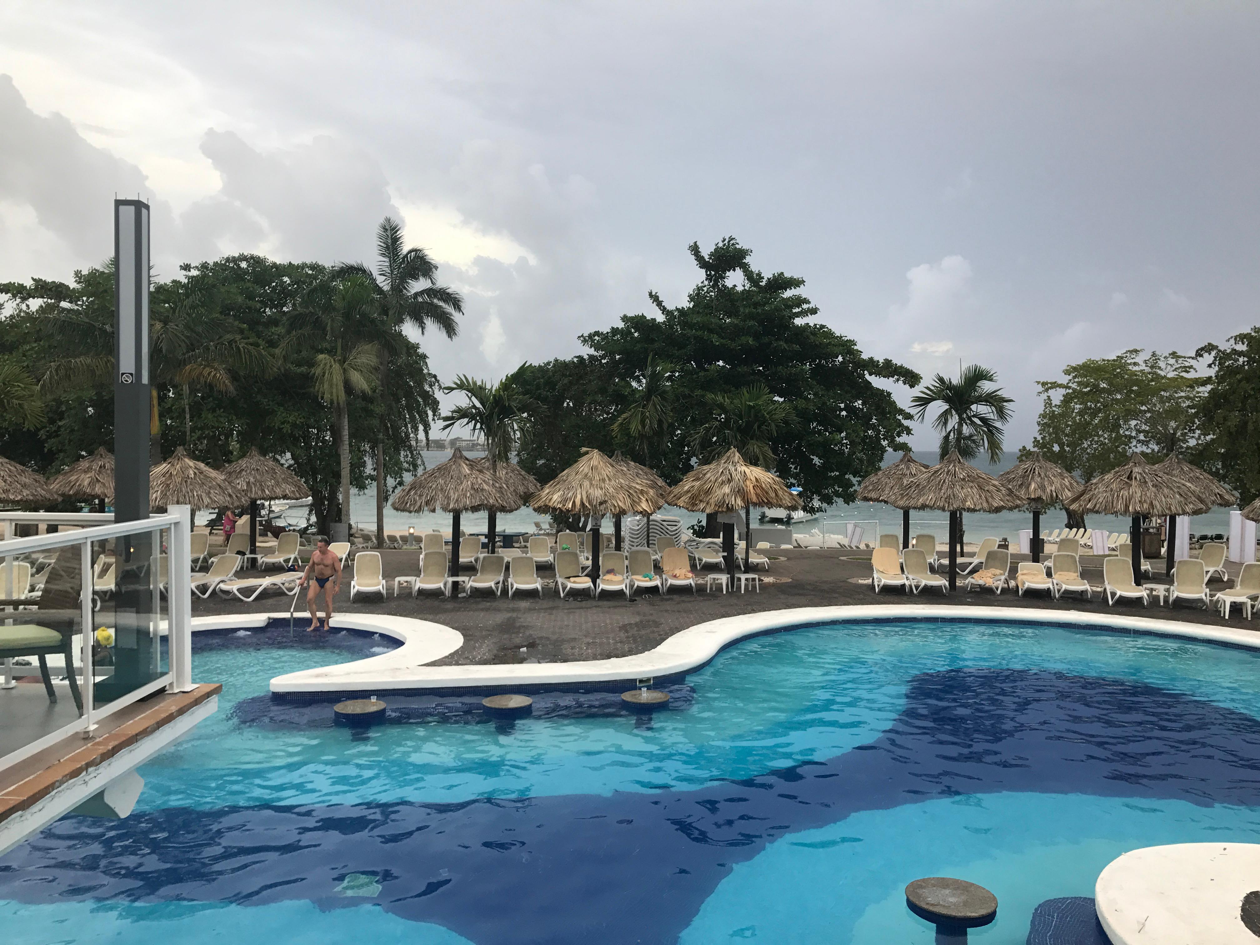 Pool bar pool