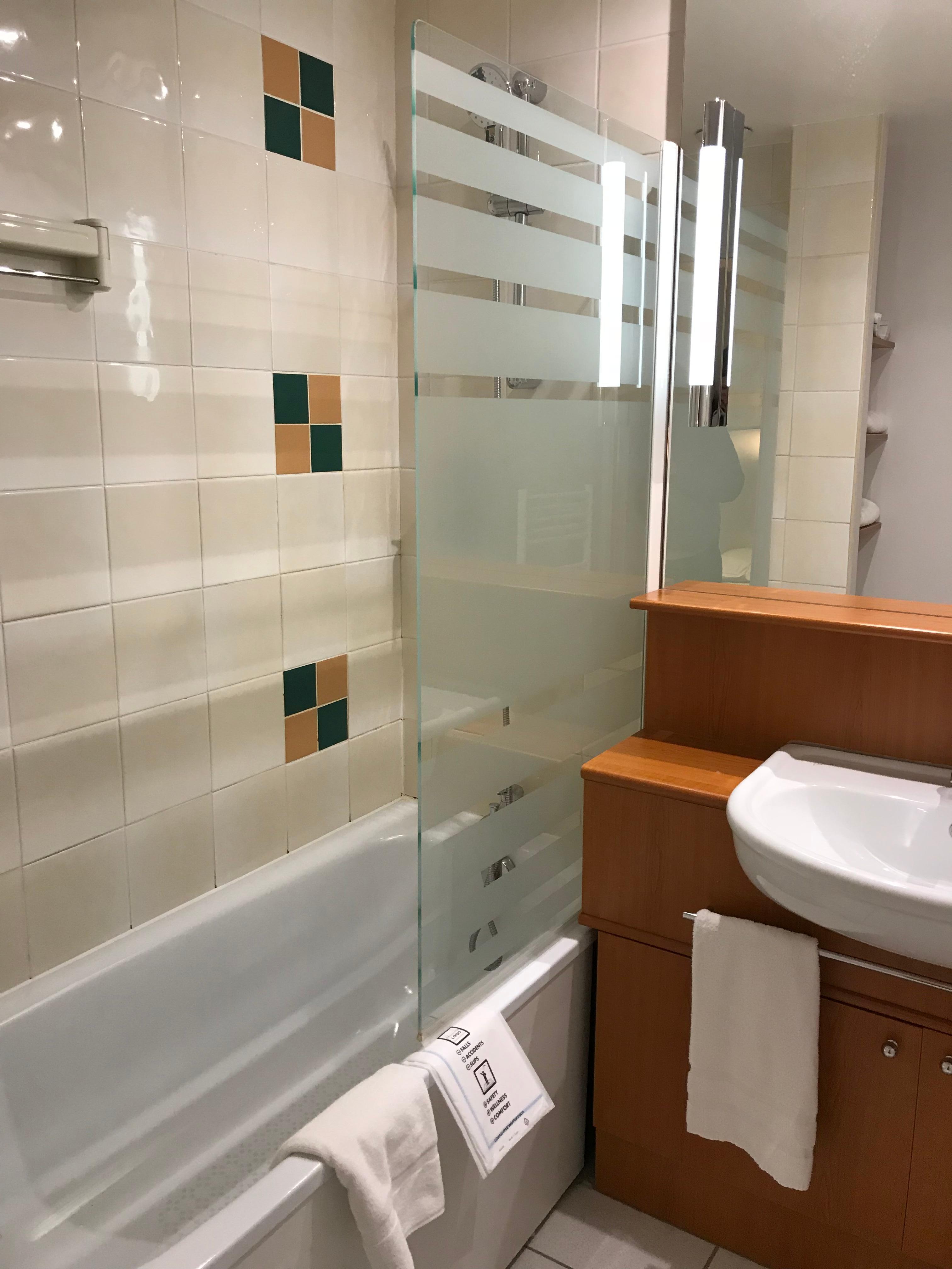 Hieman kulunut kylpyhuone