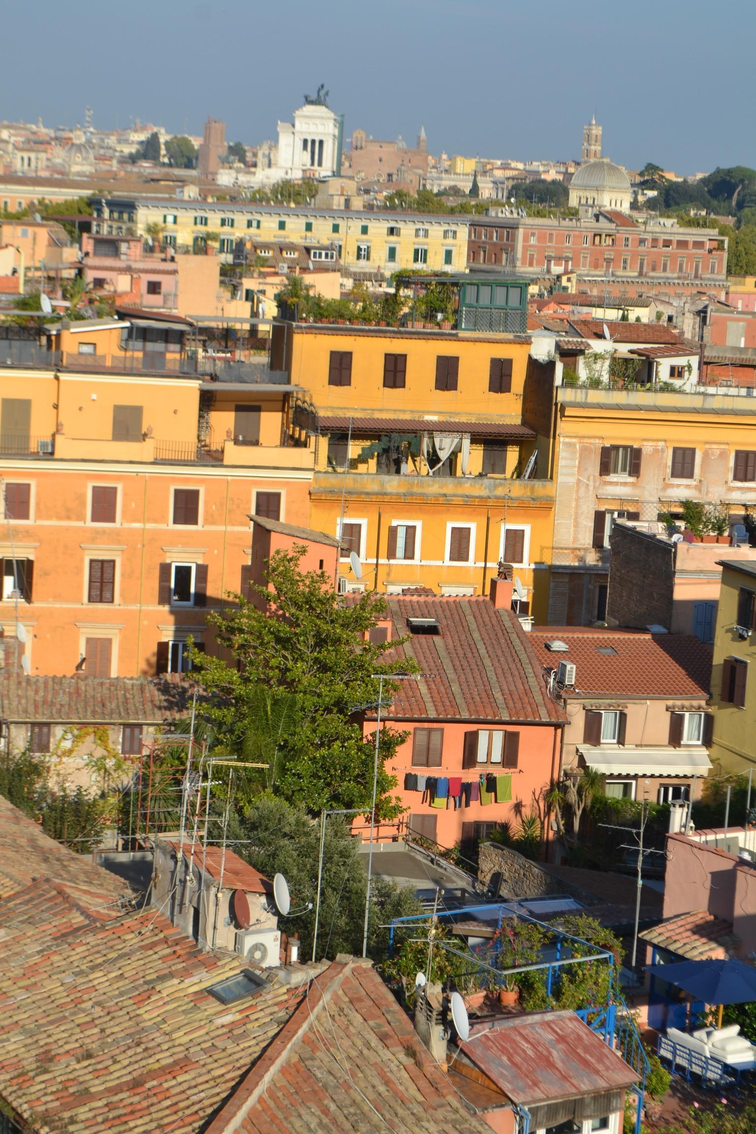 Kattoterassilta näkyy yli Rooman