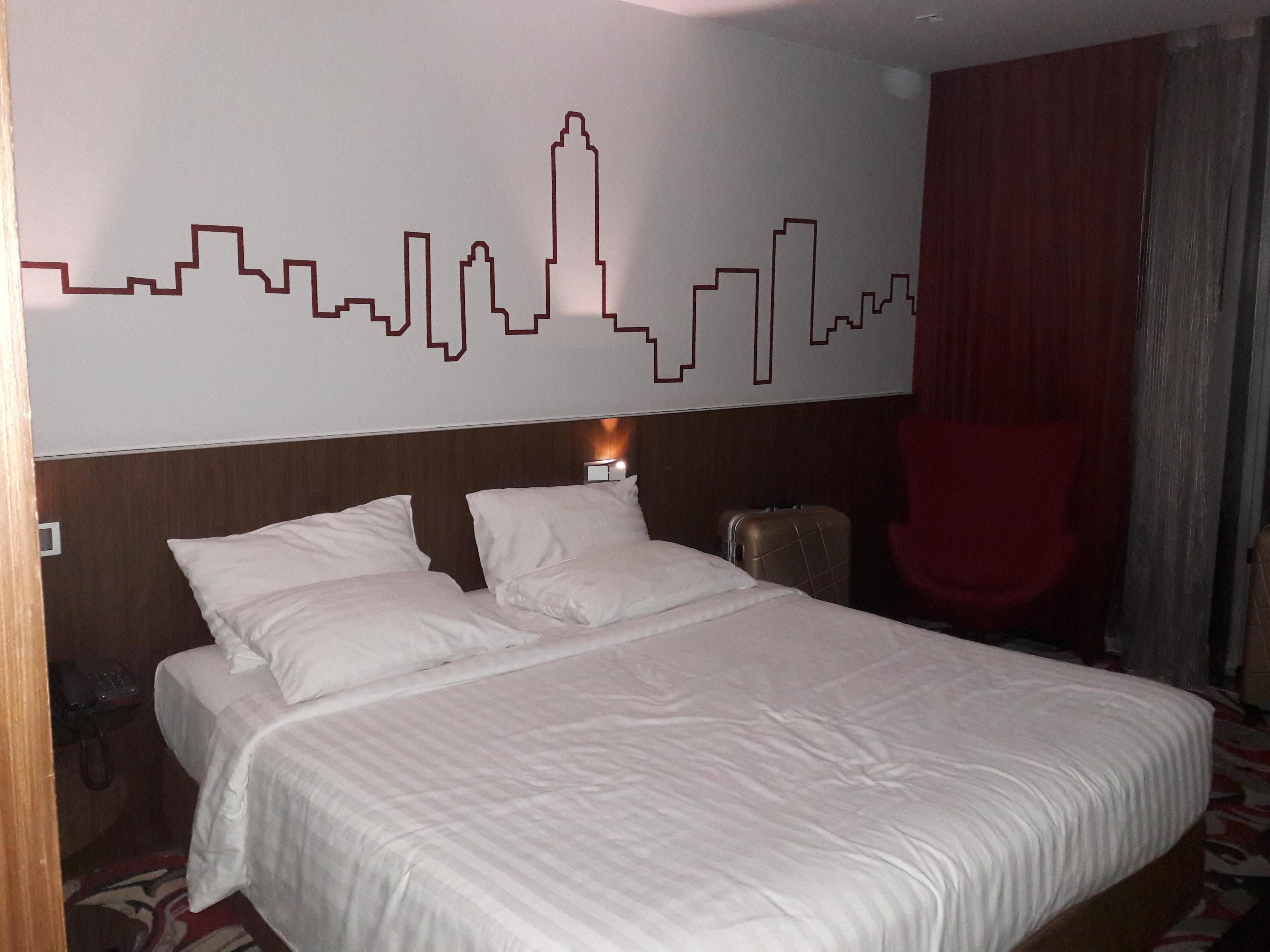Moderne Zimmer bequemes Bett